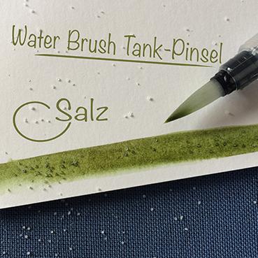 Dann gehst du mit feuchten Pinsel darüber. Ich liebe für solche Zwecke Water Brush Tank-Pinsel. Wenn du Salz auf die feuchte Farbe streust, gibt es interessante Strukturen.